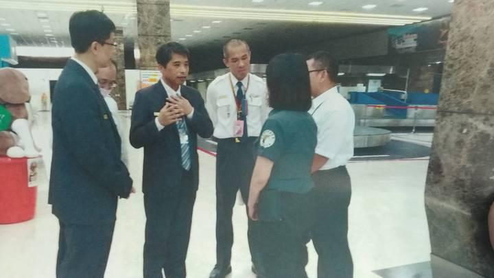 11日下午高雄機場國境事務隊長蔡英傑(左三)率領陳姓科員(左二)跟領犬員致歉。記者劉星君/翻攝