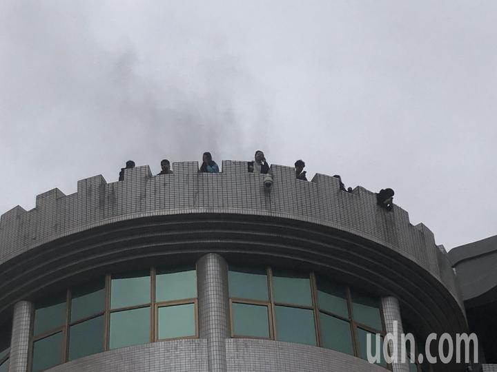 中國文化大學大典館5樓下午發生火警,疑似有14人受困,有8人受困頂樓,無安全顧慮,目前消防隊入內搜救確認中。記者蘇健忠/攝影