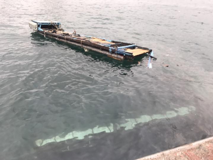 一艘上岸保養好的膠筏,今天下午由吊車吊掛入海時,不慎翻入海裡。圖/岸巡一二大隊提供