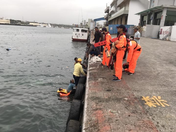 岸巡一二大隊人員將落海的賴姓男子救起。圖/岸巡一二大隊提供