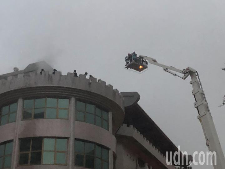 中國文化大學大典館5樓下午發生火警,頂樓受困學生由雲梯車救下來後,疑似嗆傷將送醫檢查。記者蘇健忠/攝影