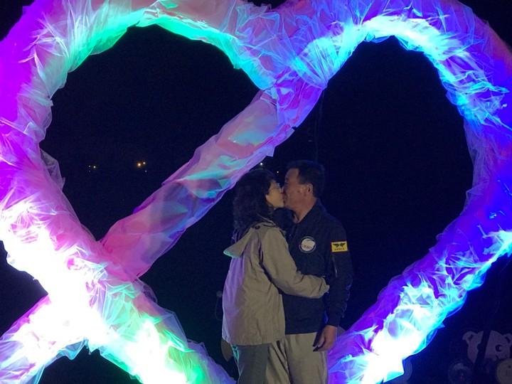 明天(2月14日)西洋情人節,宜蘭縣三星鄉公所今晚增添浪漫新景點,為安農溪畔的雙心形的光雕點燈,夜晚迎接愛戀情侶。圖/三星鄉公所提供