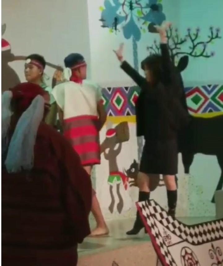基隆市原住民會館有原住民舞蹈團表演,但昨天在表演時,觀看舞蹈團體有一女成員上台「亂入」,要跟著舞者一起跳,讓舞蹈團錯愕,她竟還大叫「快跳啊」。圖/翻攝臉書
