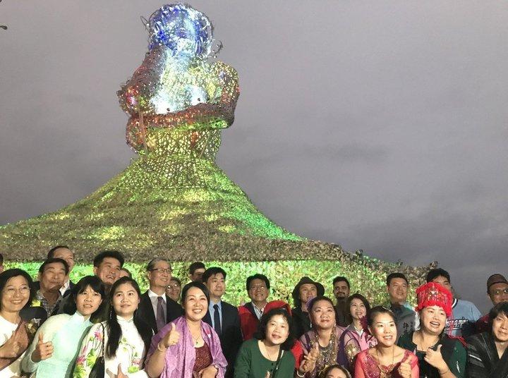 台灣燈會新住民藝術主燈「海之女神」,以5噸鋼材及30萬顆蚵殼串連,燈會結束後將原地保留成為大鵬灣新地標。記者江國豪/攝影