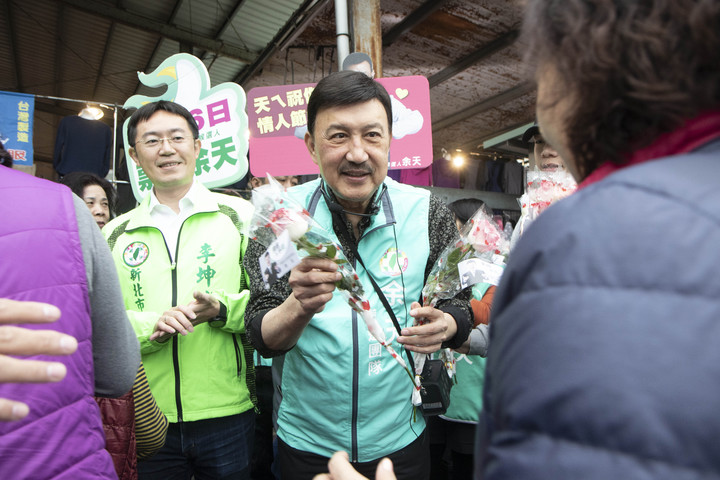 余天今到三重力行市場送給婆婆媽媽玫瑰花,受到熱烈歡迎。記者王敏旭/攝影