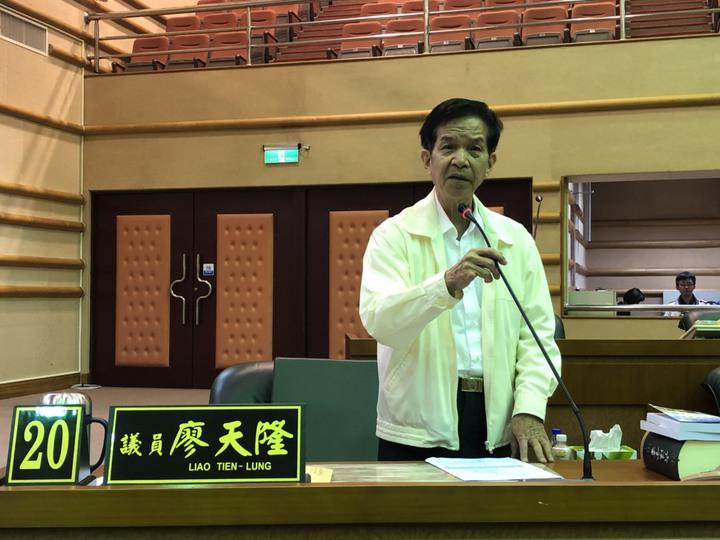 第10屆嘉義市議會第一次臨時會登場,被控涉嫌賄選案的無黨籍議員廖天隆有出席,但神情略顯憔悴。記者王慧瑛/攝影
