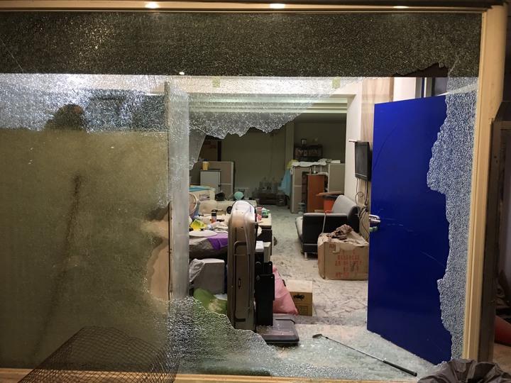 工程行落地窗遭砸爛,玻璃碎片滿地。記者巫鴻瑋/翻攝