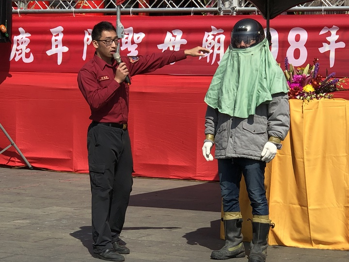 消防局提醒參與炸蜂炮民眾,穿著標準安全防護措施,才能玩的開心又安心。記者邵心杰/攝影