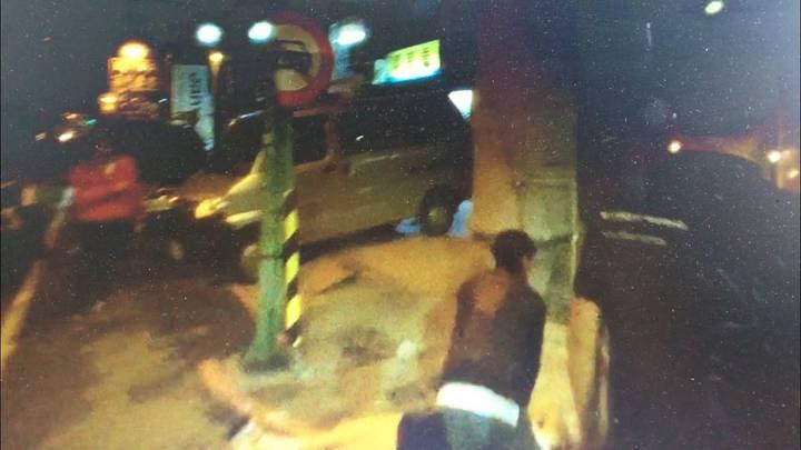 黃姓女子與李姓男友涉嫌吸大麻後突然昏倒路邊,李(右下)正為她做CPR。記者林保光/翻攝