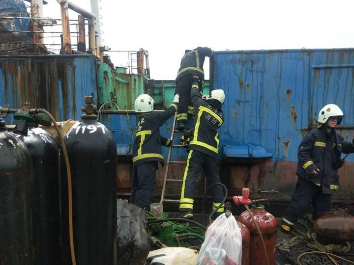 基隆市正濱漁港今天下午有一般正在拆解的船,因工人切割鐵管時不慎引發火警。記者游明煌/攝影