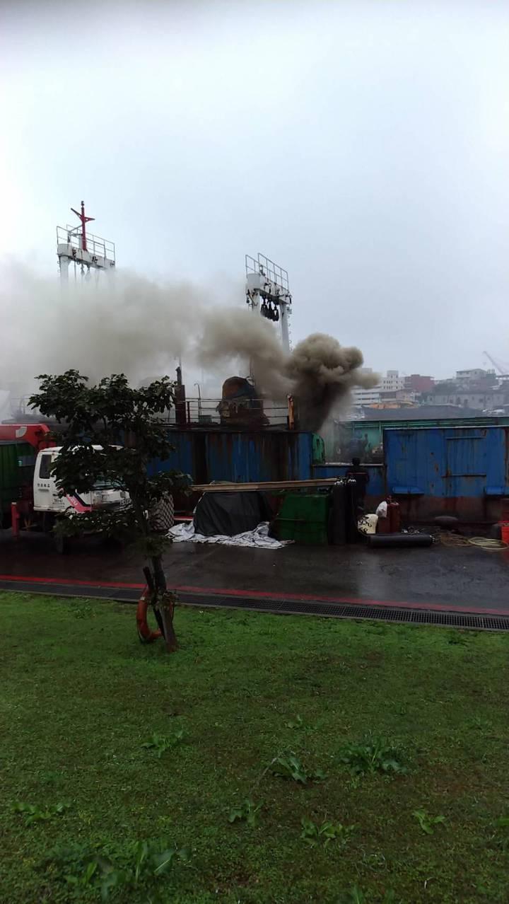 基隆市正濱漁港今天下午有一般正在拆解的船,因工人切割鐵管時不慎引發火警。圖/讀者提供
