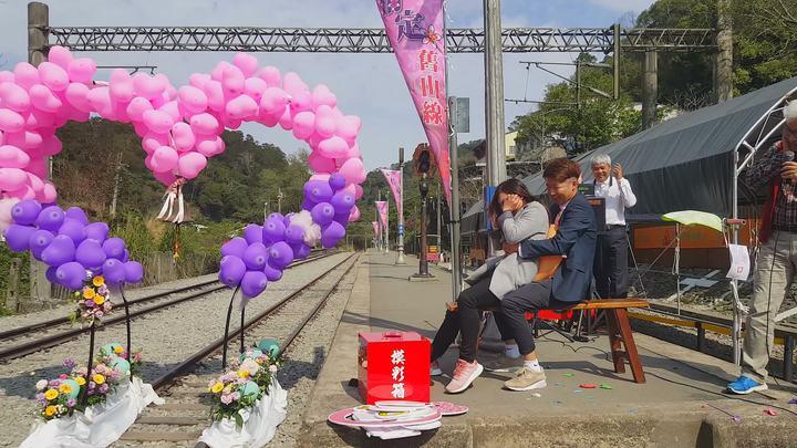 主辦單位安排擠破氣球的遊戲,但參加情侶就是擠不破,逗得台下笑聲不斷。記者胡蓬生/攝影