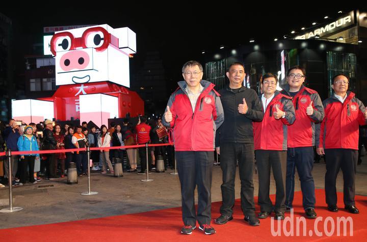 台北市長柯文哲晚上在西門町主持2019台北燈節主視覺「心花怒放」、主燈「百變豬寶亮晶晶」試燈。記者林俊良/攝影