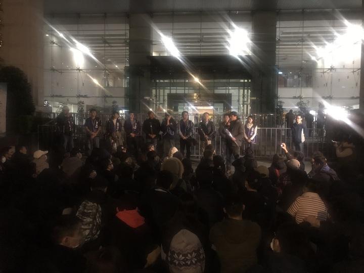 近百名機師工會成員聚集交通部前,感謝參與協商幹部的辛勞,為罷工畫下句點。記者葉冠妤/攝影