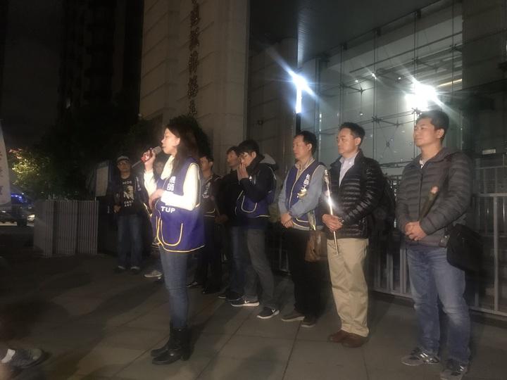 華航勞資雙方14日晚間簽訂團協後,華航機師罷工正式宣告終止,機師工會會員聚集交通部前,彼此感謝、打氣。記者葉冠妤/攝影