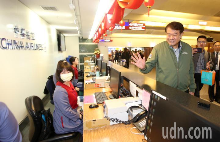 華航機師罷工落幕,華航董事長何煖軒(右)上午前往桃園國際機場慰問基層員工,感謝她們在罷工期間的辛勞。記者鄭超文/攝影