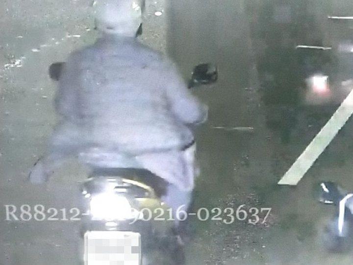 嫌犯當街行搶刮刮樂,連路過民眾都協助追捕。記者巫鴻瑋/翻攝