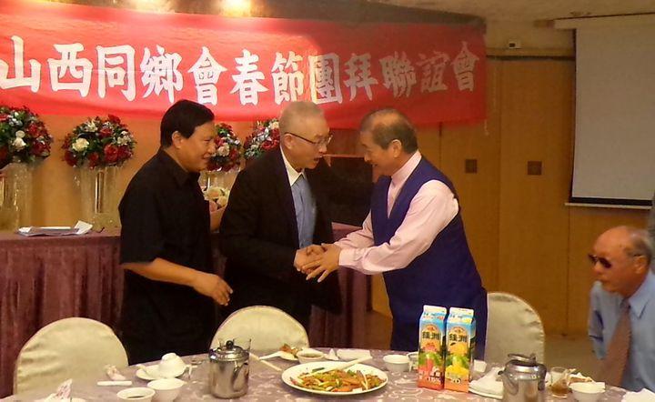 國民黨主席吳敦義(左二)參加高雄市山西同鄉會春節團拜,與統促黨總裁張安樂(右二)握手寒暄。記者林保光/攝影