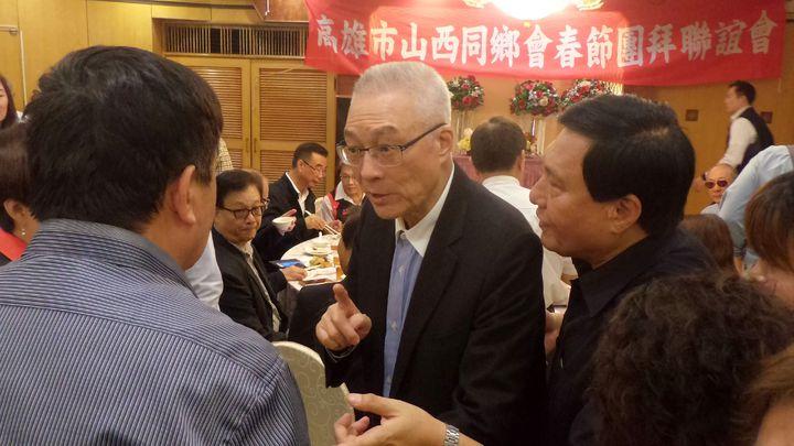 國民黨主席吳敦義(左二)參加高雄市山西同鄉會春節團拜,一一與賓客握手寒暄。記者林保光/攝影