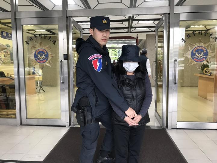 一名以觀光名義來台的64歲陳姓越籍女子,2月1日於內湖區麗山市場趁著人潮擁擠,伸手將被害人皮包偷走,隨後遭警方逮捕,依竊盜罪嫌移送士林地檢署偵辦。記者李隆揆/翻攝