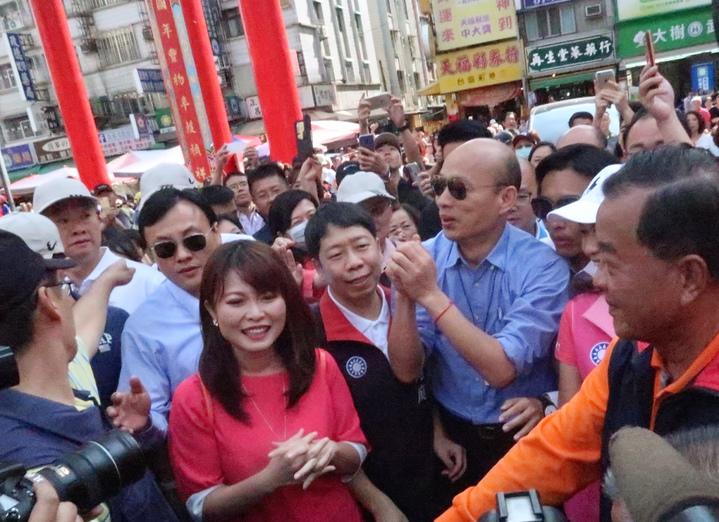 去年6月曾與侯友宜參拜高雄關帝廟,這次重回關帝廟受到民眾夾道歡迎。記者徐如宜/攝影