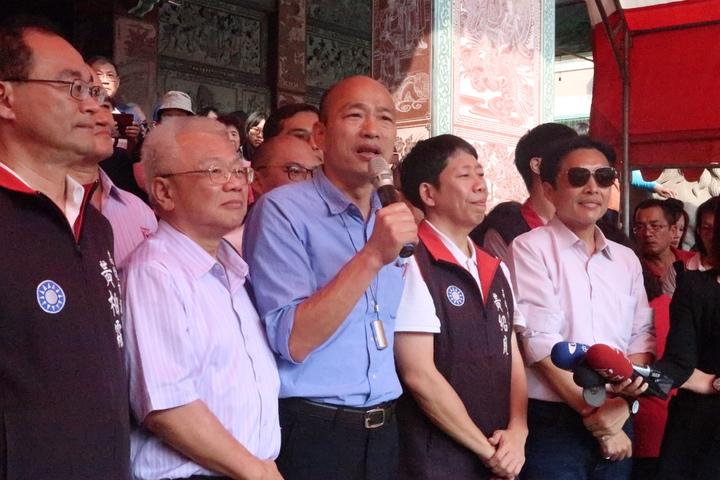 韓國瑜(中)拜託市民千萬別漏氣,所有觀光客進到高雄,都要笑臉相迎。記者徐如宜/攝影