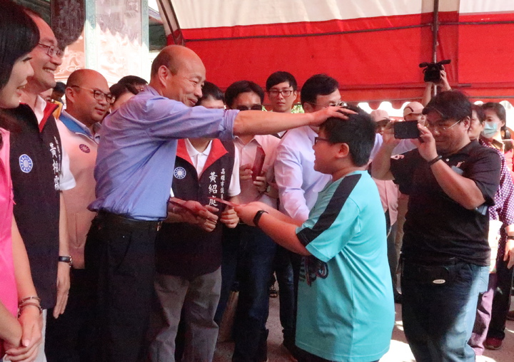 韓國瑜發紅包人廟紅不讓,民眾領到紅包超開心。記者徐如宜/攝影