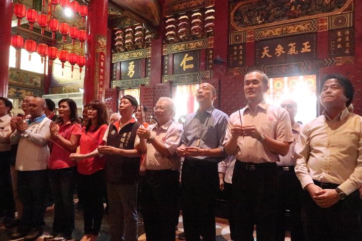 韓國瑜(右三)重回高雄關帝廟參拜,請神明庇佑高雄平安。記者徐如宜/攝影