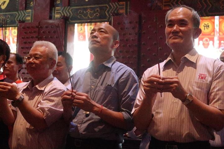 韓國瑜(中)重回高雄關帝廟參拜,請神明庇佑高雄平安。記者徐如宜/攝影