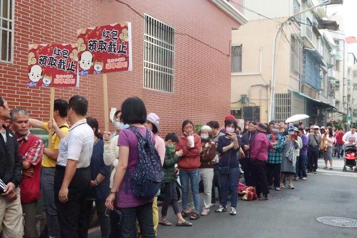 韓國瑜發紅包人廟紅不讓,在「紅包領取截止」牌後仍是照排不誤。記者徐如宜/攝影