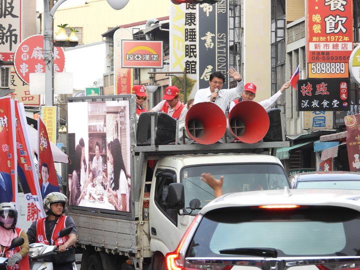 謝龍介遊行不時有路過汽機車駕駛揮手加油。記者周宗禎/攝影