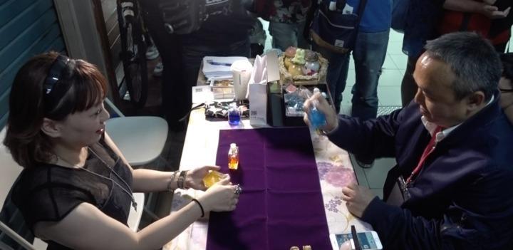 高市觀光局長潘恒旭(右)今出席堀江商圈愛情月系列活動,在堀江商圈的算命攤位體驗算命。記者劉星君/攝影