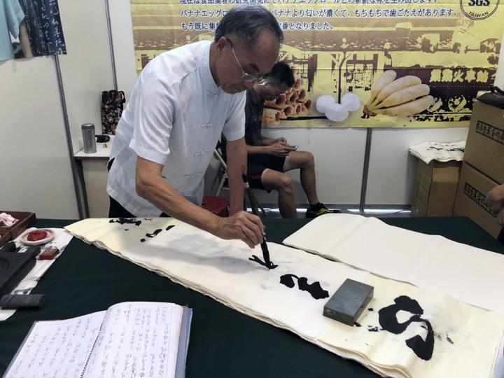 吳德賢公餘閒暇勤練書法、陶刻,退休後更熱心推廣書法和文化藝術。記者江良誠/攝影