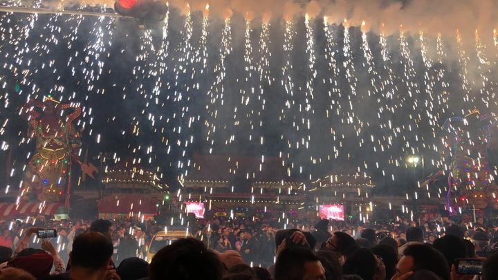 台南聖母廟晚間煙火秀,煙火爆布令成千上萬民眾如痴如醉。記者邵心杰/攝影