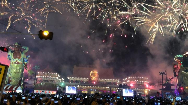 台南正統鹿耳門聖母廟長達100分鐘的煙火秀,讓全場民眾嗨翻天。記者邵心杰/攝影