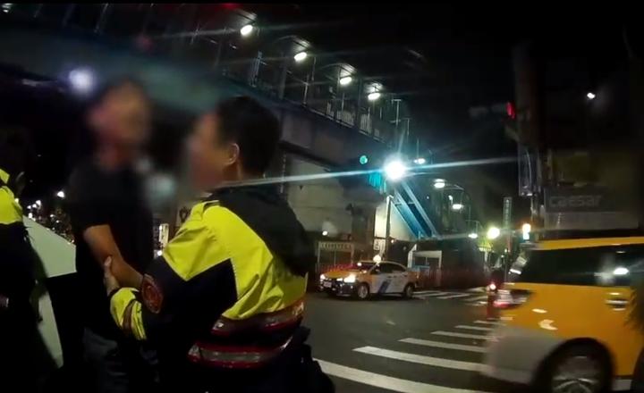 陳姓男子持刀砍人被警方逮捕。記者林昭彰/翻攝
