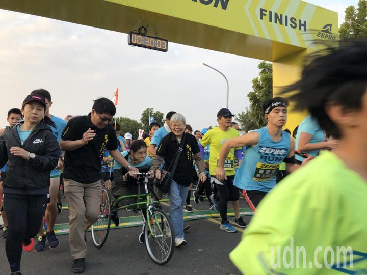 「2019第三屆嘉義 ZEPRO RUN全國半程路跑」吸引近9000人報名,來自15個國家的跑友同樂,場面壯觀。記者王慧瑛/攝影