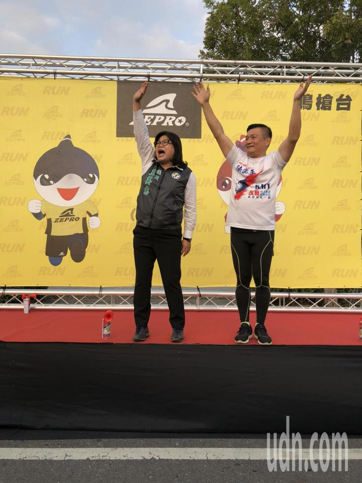 國民黨嘉義市議員陳家平(右)是路跑好手,參加路跑活動經驗豐富,左為民進黨嘉義市議員王美惠。記者王慧瑛/攝影