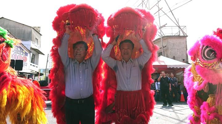 陳明文(左)、翁章梁(右)舞獅與民同歡。記者卜敏正/攝影
