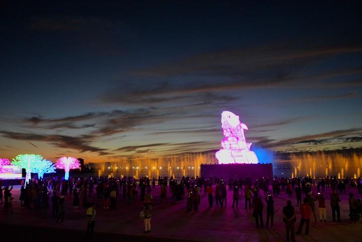 台灣燈會首次結合水域展現主燈秀,讓遊客大為驚豔。圖/屏東縣政府提供