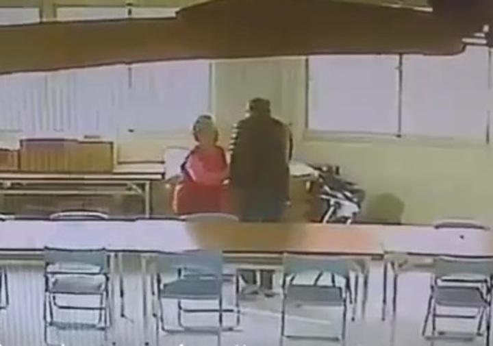 台南市伊姓男子昨天在仁德區成功里活動中心,涉嫌毆持報夾毆打一名不認識的8旬婦人,造成老婦人頭部流血,腿部骨折,警詢後依殺人未遂罪嫌法辦。記者黃宣翰/翻攝