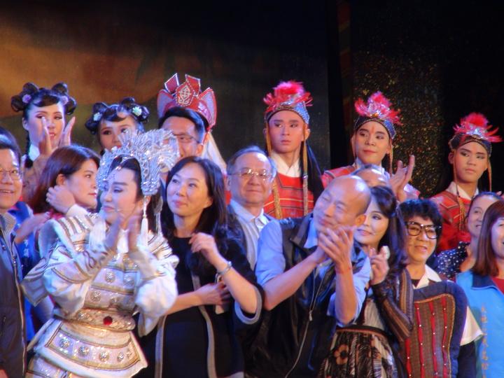 高雄市長韓國瑜和太太李佳芬今晚到愛河畔觀看明華園表演。記者謝梅芬/攝影