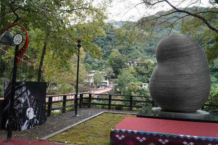 新竹縣五峰清泉一號吊橋的百年鋼索去年11月重生,來自於國際藝術家康木祥與18名監獄受刑人齊心創作再生鋼索雕塑「蛹生」。圖/縣府提供