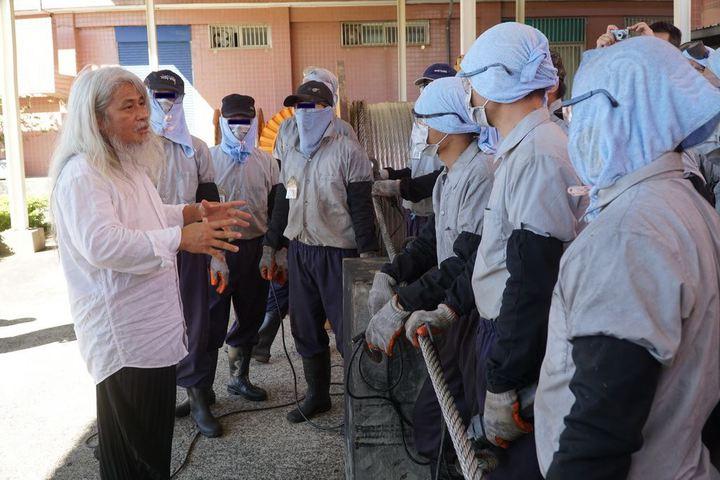 藝術家康木祥與18名監獄受刑人合作,將廢棄的百年鋼索轉變為藝術作品。圖/縣府提供