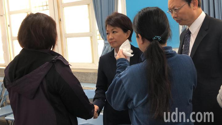台中市長盧秀燕(左二)到事發學校了解小學生霸凌原因,兩位導師敍述原因哽咽。記者陳秋雲/攝影