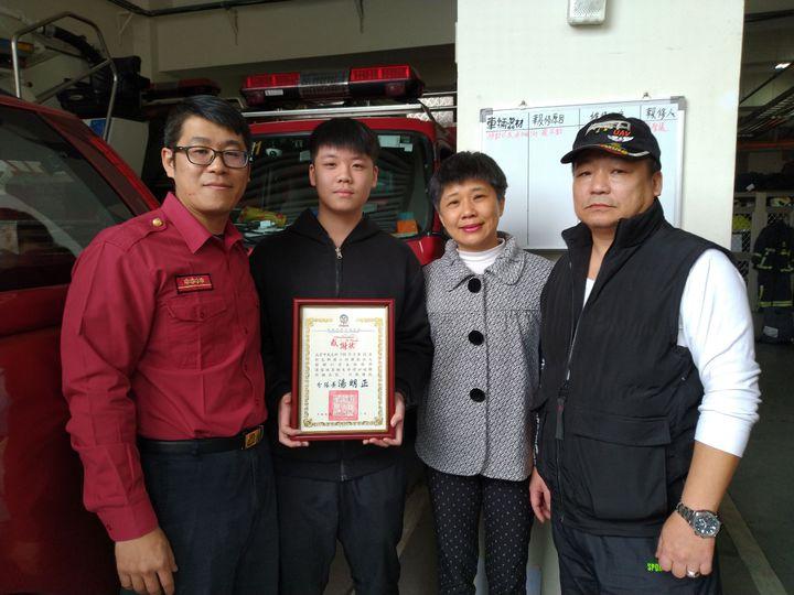 成育中昨天下午與父母一起前往新店消防分隊接受表揚。記者袁志豪/翻攝
