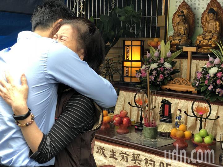 嘉義市議員鄭光宏擁抱廖天隆家屬,請家屬節哀。記者王慧瑛/攝影
