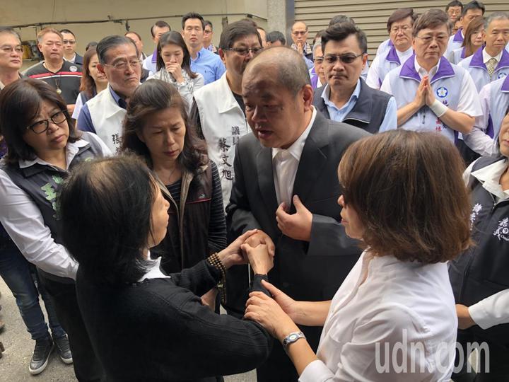 嘉義市長黃敏惠、議長莊豐安等人今上午到廖家上香致哀。記者王慧瑛/攝影