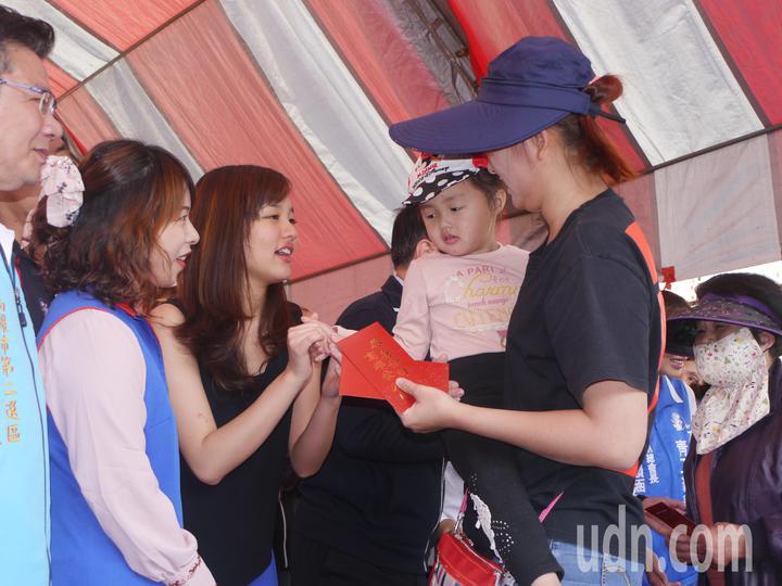 高雄市長韓國瑜臨時取消行程,女兒韓冰出面代打,跟副市長李四川一起發紅包。記者徐白櫻/攝影