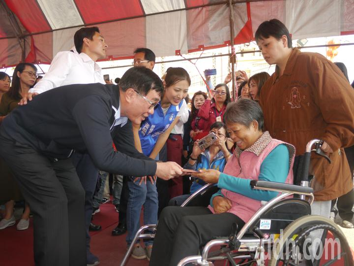 高雄市副市長李四川發送新年紅包給行動不便的長輩。記者徐白櫻/攝影